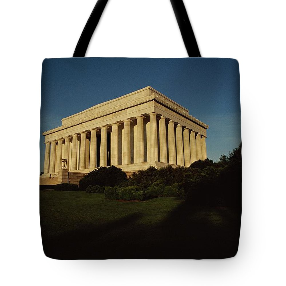 lincoln Memorial Tote Bag featuring the photograph Daytime View Of The Lincoln Memorial by Medford Taylor