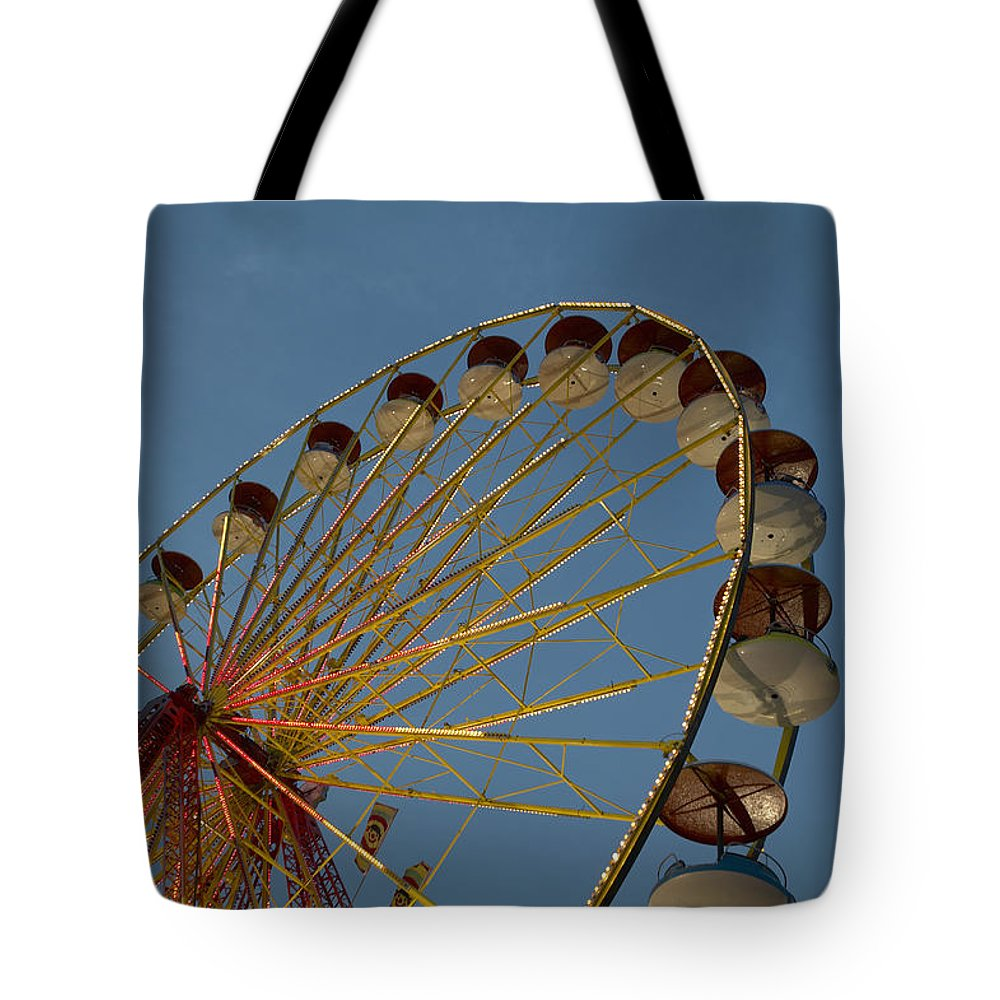 1 Object Tote Bag featuring the photograph Ferris Wheel by Huy Lam