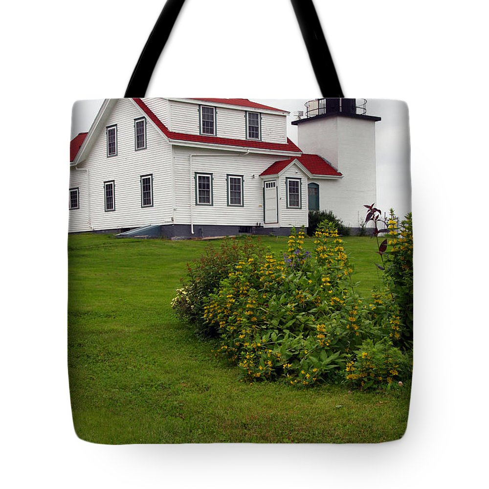 Fort Point Lighthouse Tote Bag featuring the photograph Fort Point Lighthouse by Brenda Giasson