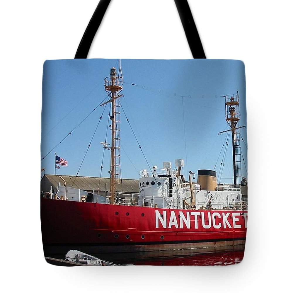 Lightship Tote Bag featuring the photograph Lightship Nantucket by Lin Grosvenor