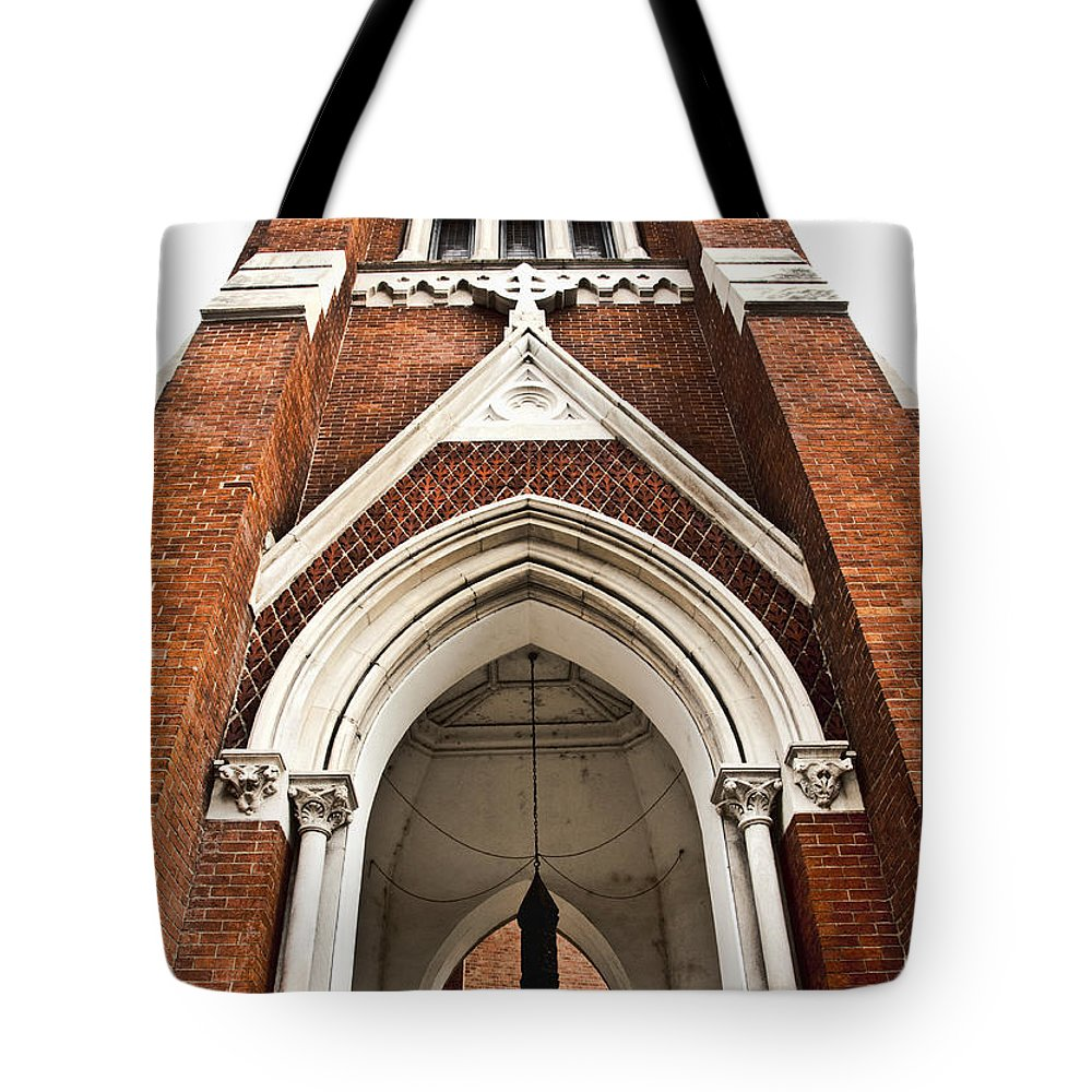 Nashville Tote Bag featuring the photograph Looking Up by Sheri Bartoszek