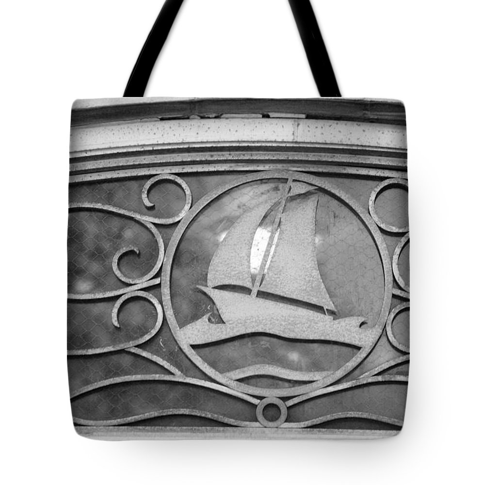 Central Park Tote Bag featuring the photograph Sailboat On The Boathouse by Rob Hans