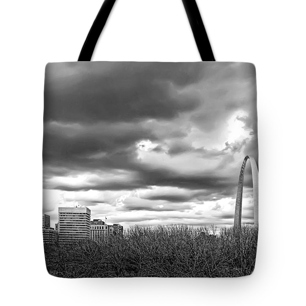 Gateway Tote Bag featuring the photograph St. Louis Gateway Arch by Cindy Tiefenbrunn