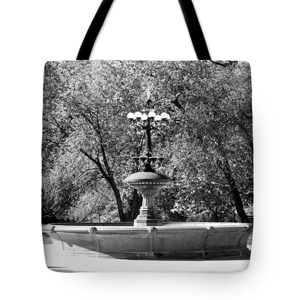 Central Park Tote Bag featuring the photograph The Fountain In Black And White by Rob Hans