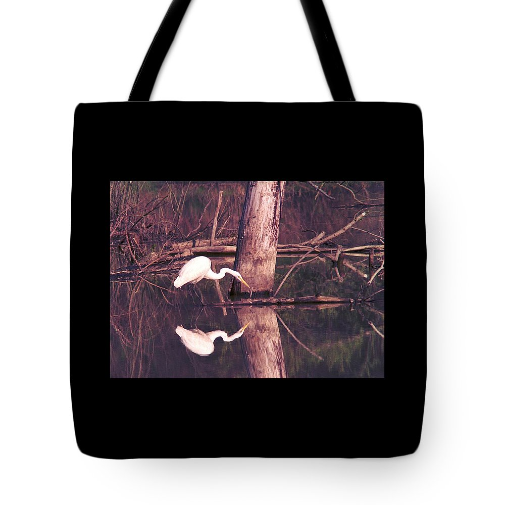 Great Egret Tote Bag featuring the photograph 070406-17 by Mike Davis