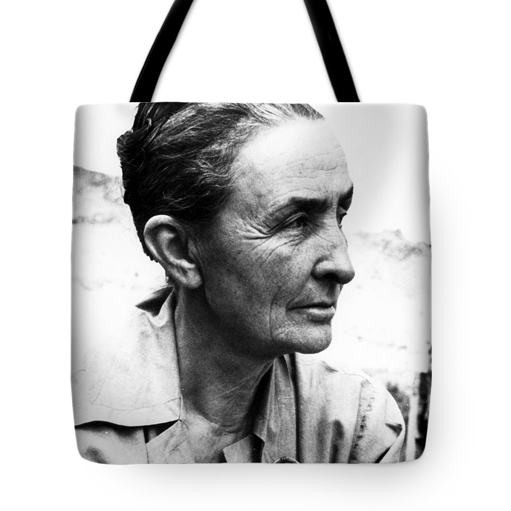 1962 Tote Bag featuring the photograph Georgia Okeeffe (1887-1986) by Granger