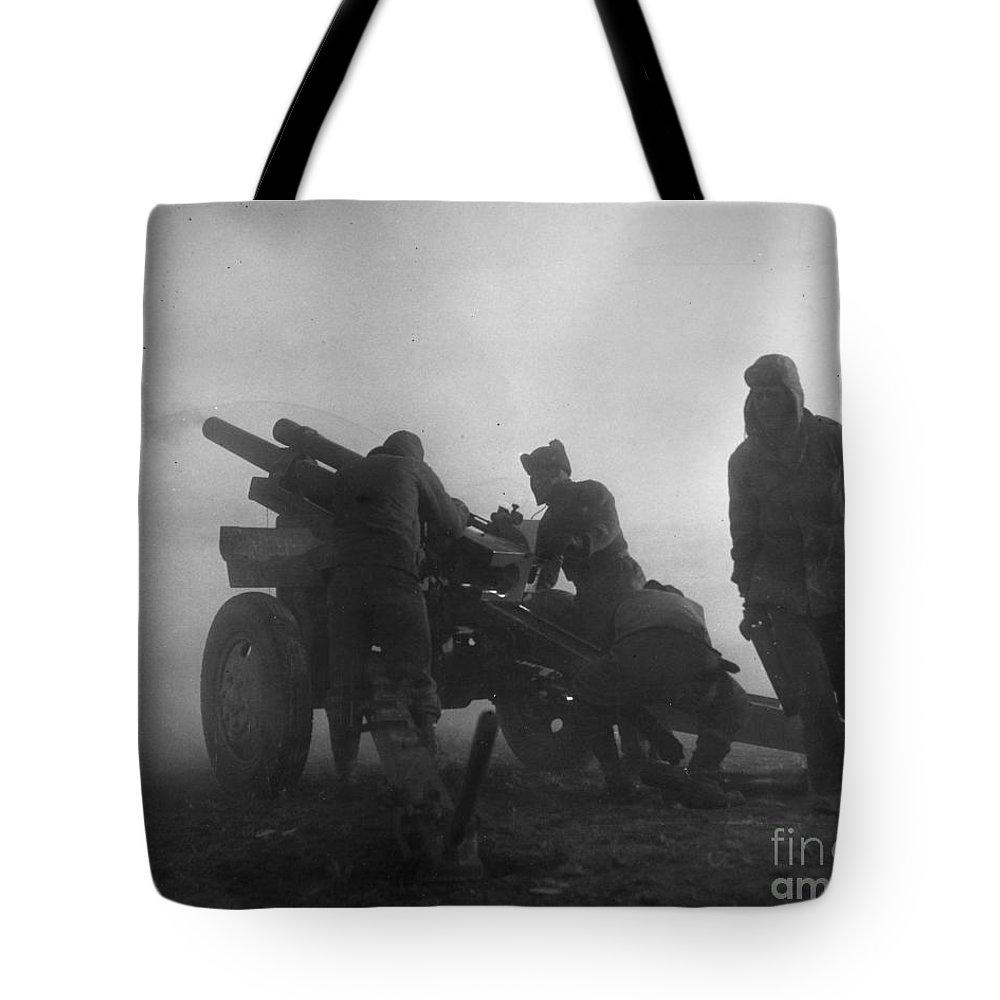 1951 Tote Bag featuring the photograph Korean War: Artillery by Granger