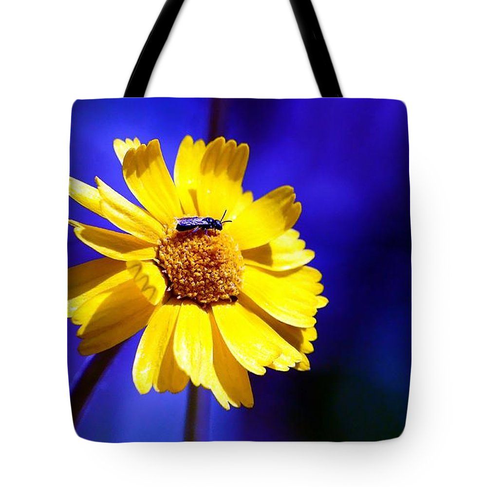Lakeside Tote Bag featuring the photograph Lakeside Daisy by Dave Smith