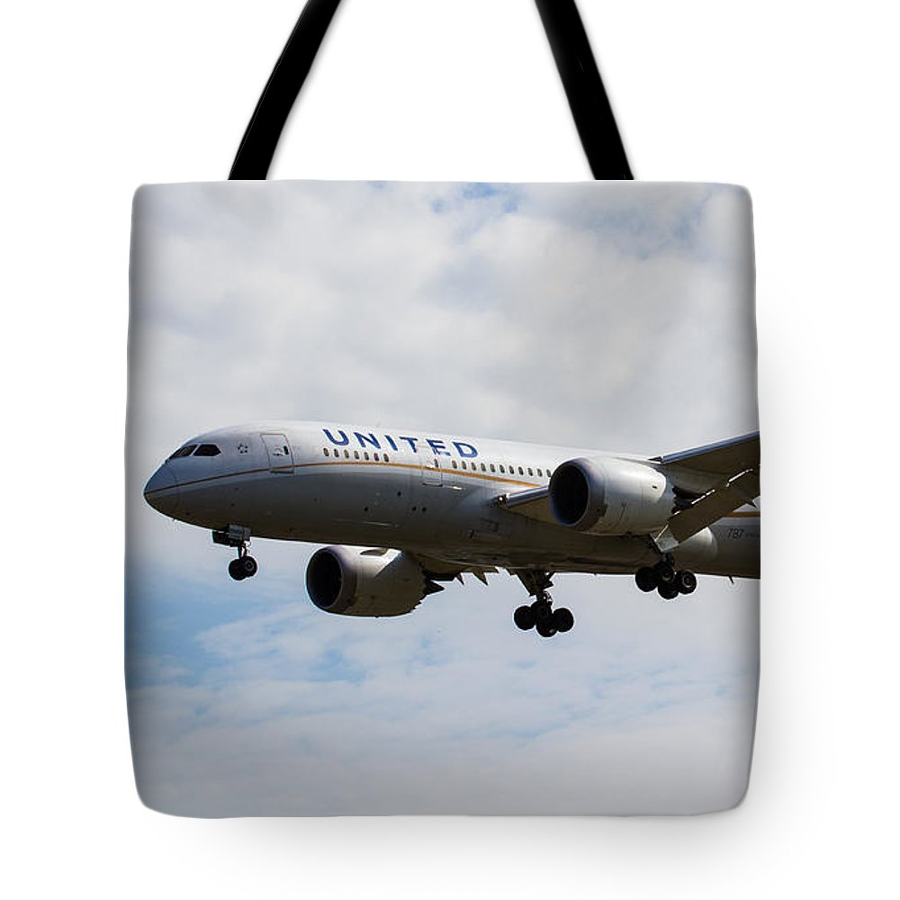 United Airlines Tote Bag featuring the photograph United Airlines Boeing 787 by David Pyatt