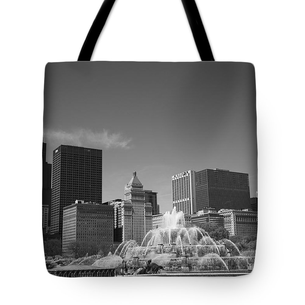 America Tote Bag featuring the photograph Chicago Skyline And Buckingham Fountain by Frank Romeo