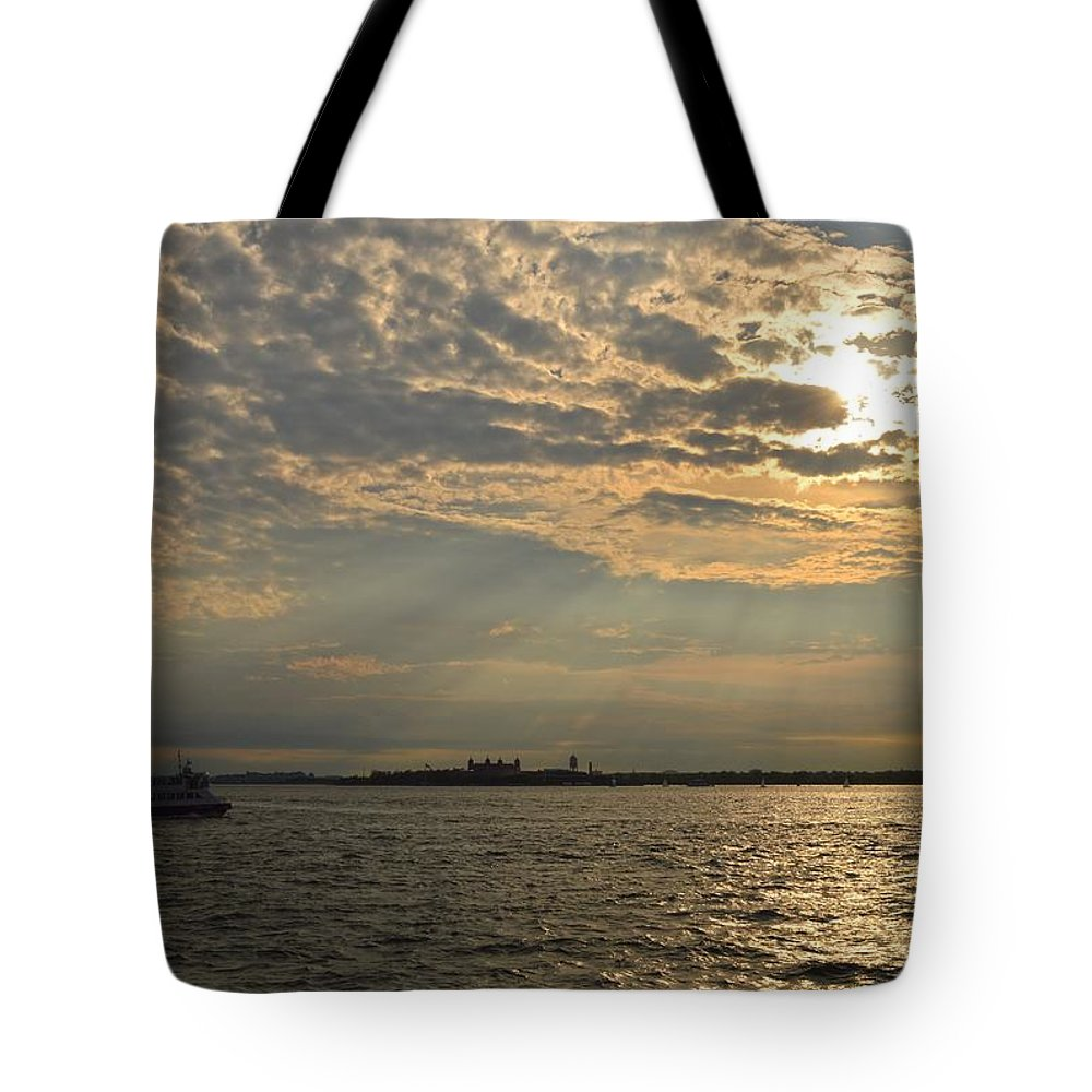Evening Tote Bag featuring the photograph A Evening With Hudson River by Sonali Gangane