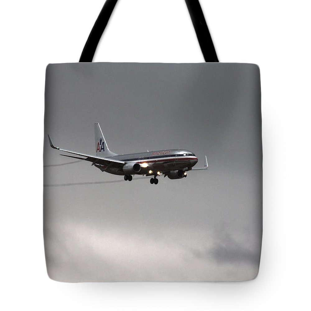American Airlines Boeing 7 Series-dfw Airport Tote Bag featuring the photograph American Airlines-landing At Dfw Airport by Douglas Barnard