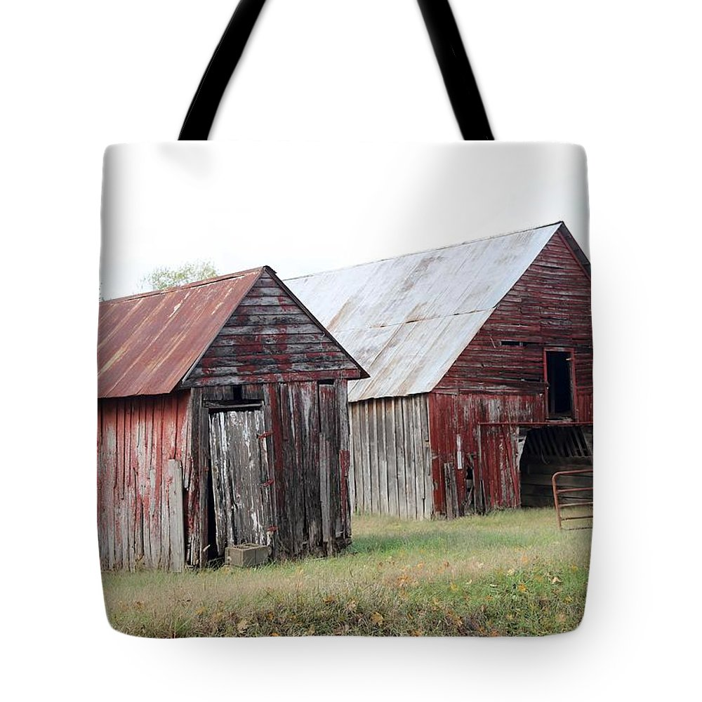 Barn Tote Bag featuring the photograph Barn In Kentucky No 100 by Dwight Cook