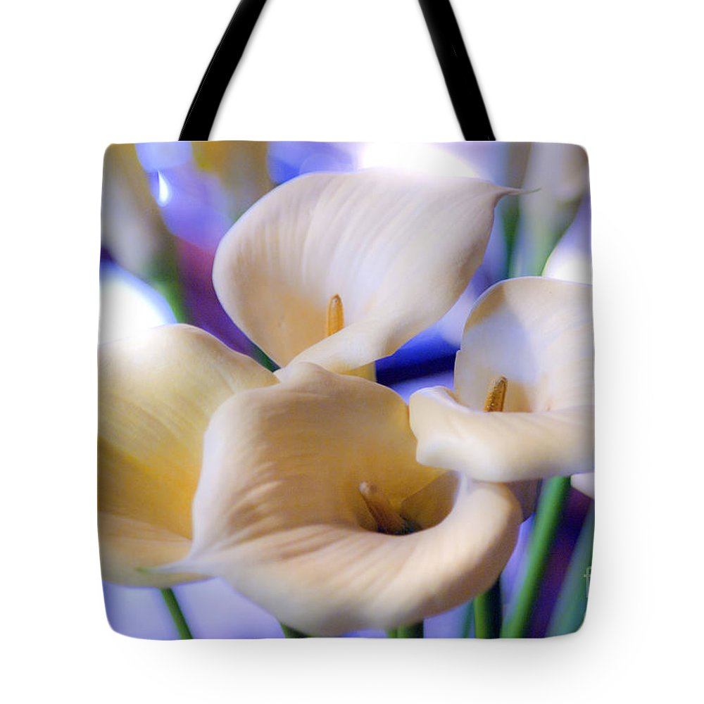Yellow Tote Bag featuring the photograph Calla by Romeo Lombardi