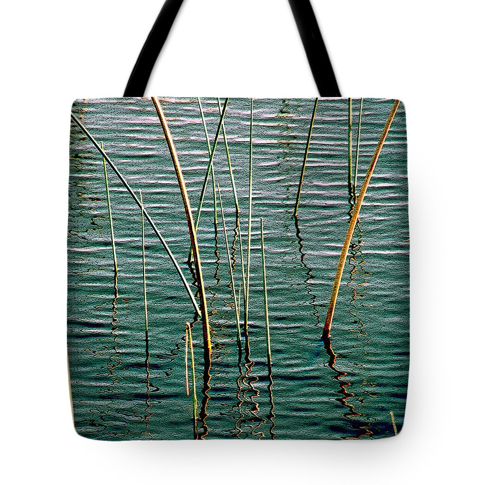 Sea Grass Tote Bag featuring the photograph Centered by Susanne Van Hulst