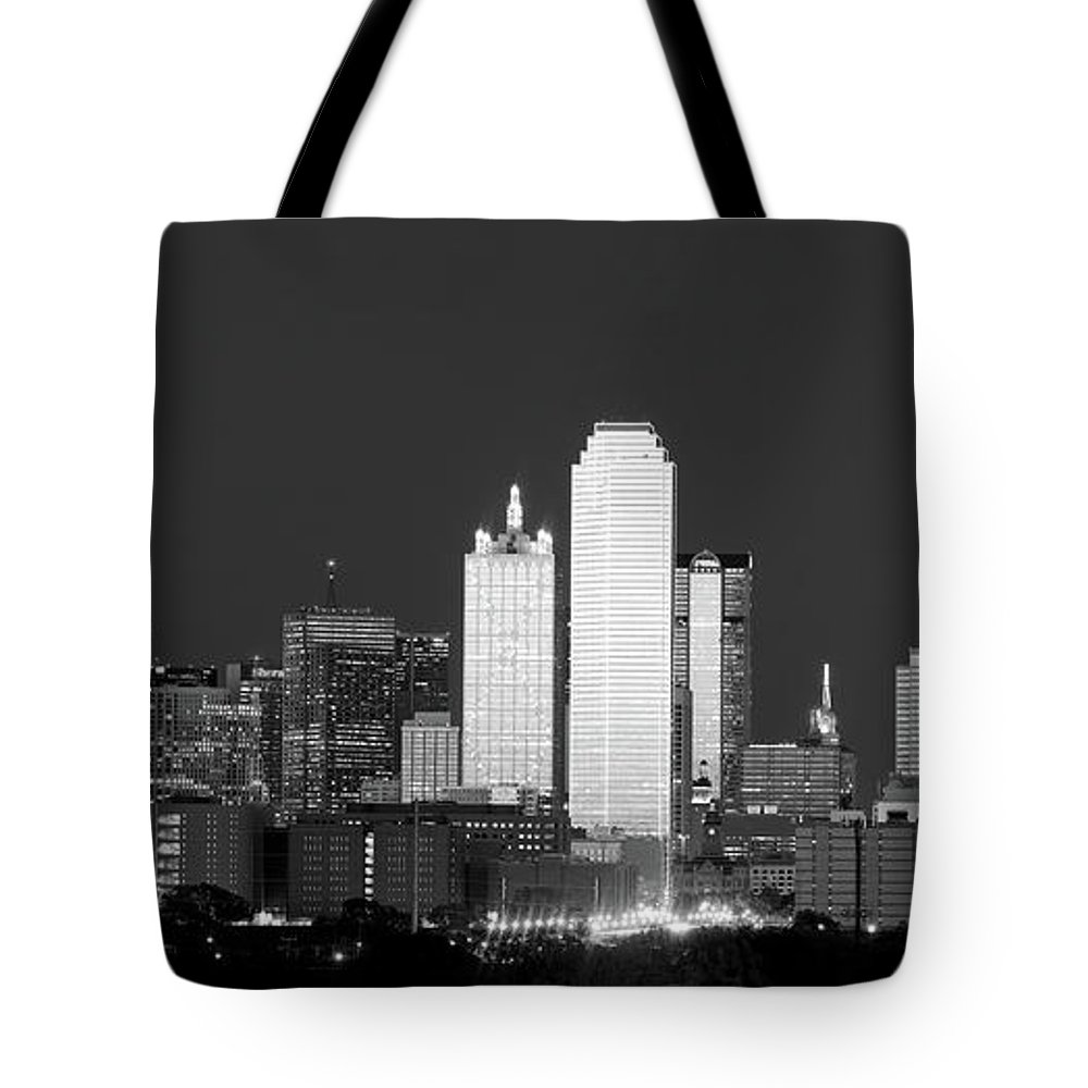 Dallas Tote Bag featuring the photograph Dallas Skyline Bw 113017 by Rospotte Photography