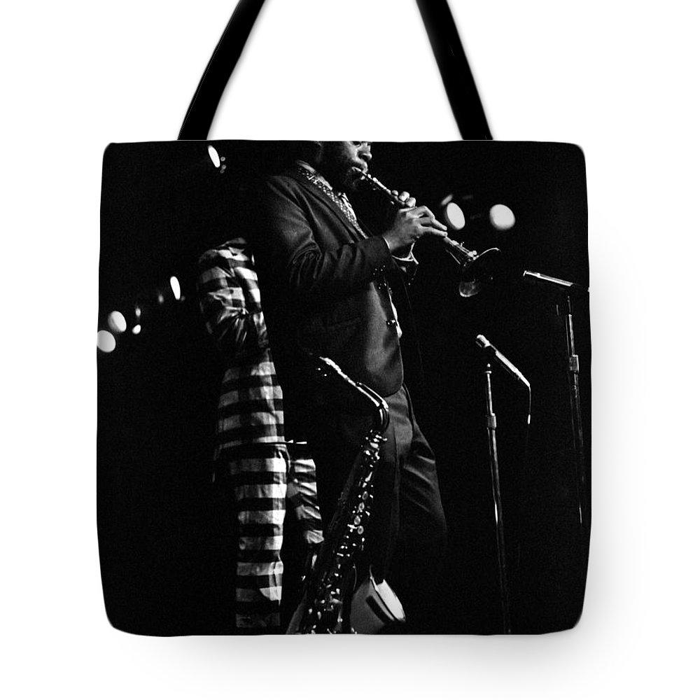 Dewey Redman Tote Bag featuring the photograph Dewey Redman by Lee Santa
