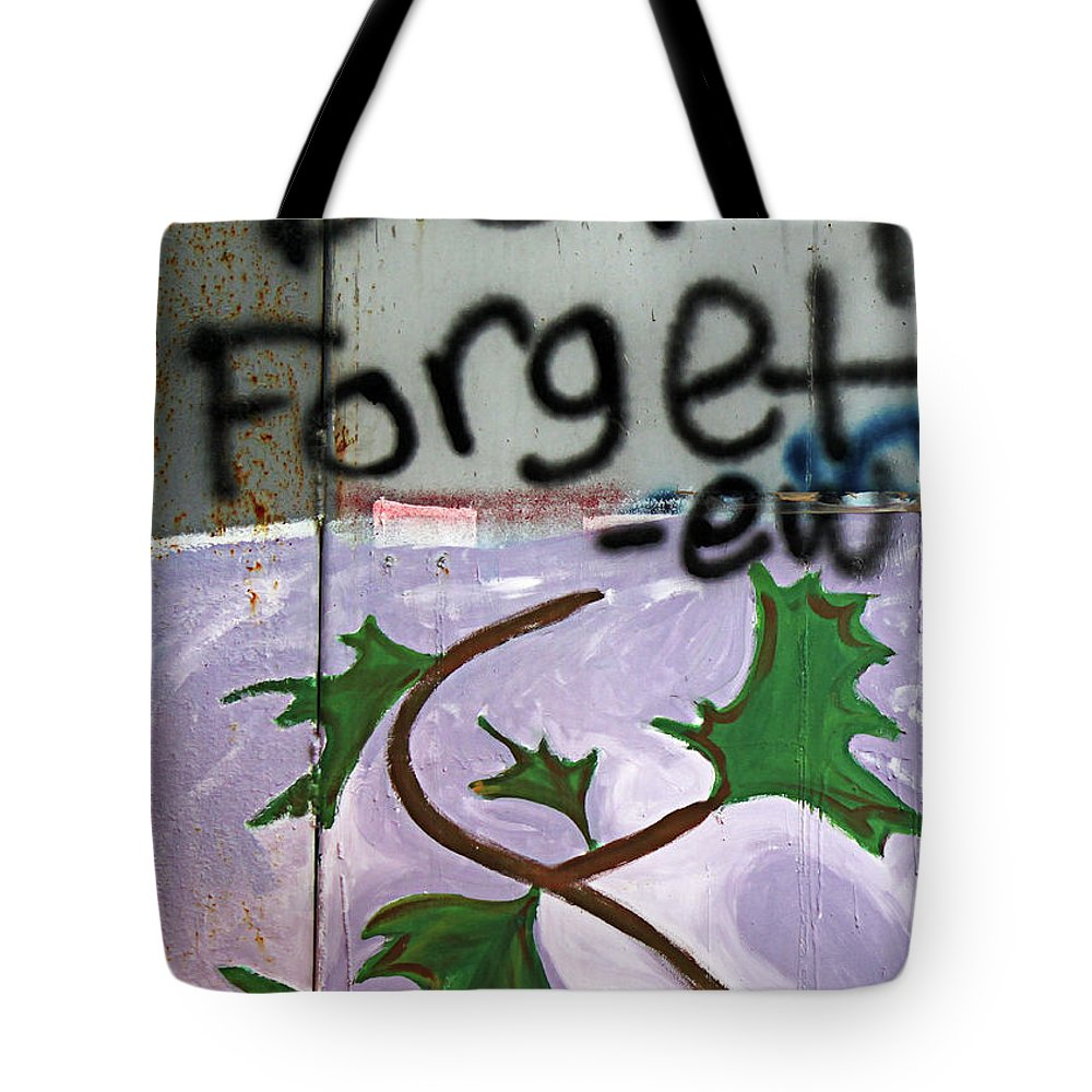 Dont Forget Tote Bag featuring the photograph Dont Forget by Munir Alawi