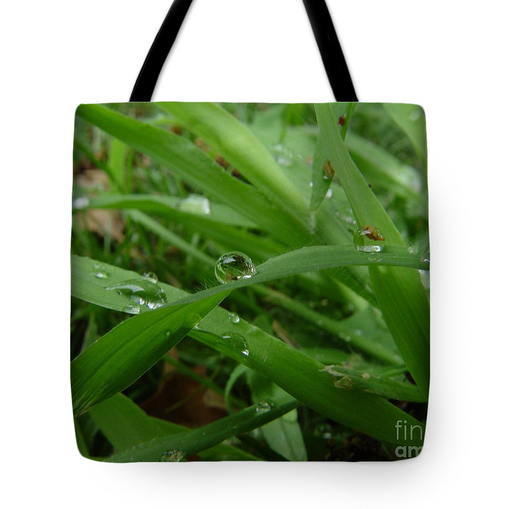 Water Droplet Tote Bag featuring the photograph Droplets 01 by Peter Piatt