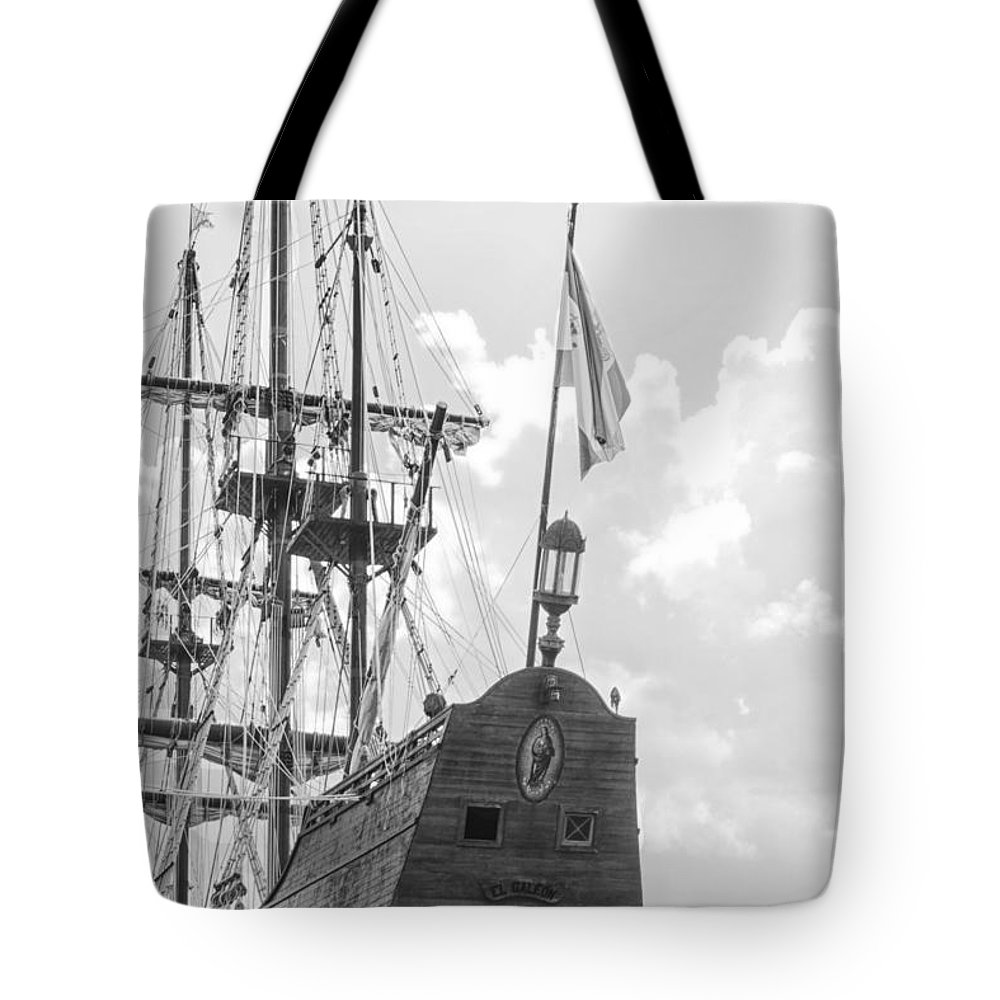 Ship Tote Bag featuring the photograph El Galeon by Bob Decker