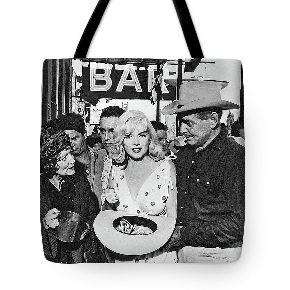 Estelle Winwood Marilyn Monroe Clark Gable Eli Wallach Montgomery Clift The Misfits Reno Nevada 1961 Tote Bag featuring the photograph Estelle Winwood Marilyn Monroe Clark Gable Eli Wallach Montgomery Clift The Misfits Reno Nevada 1961 by David Lee Guss