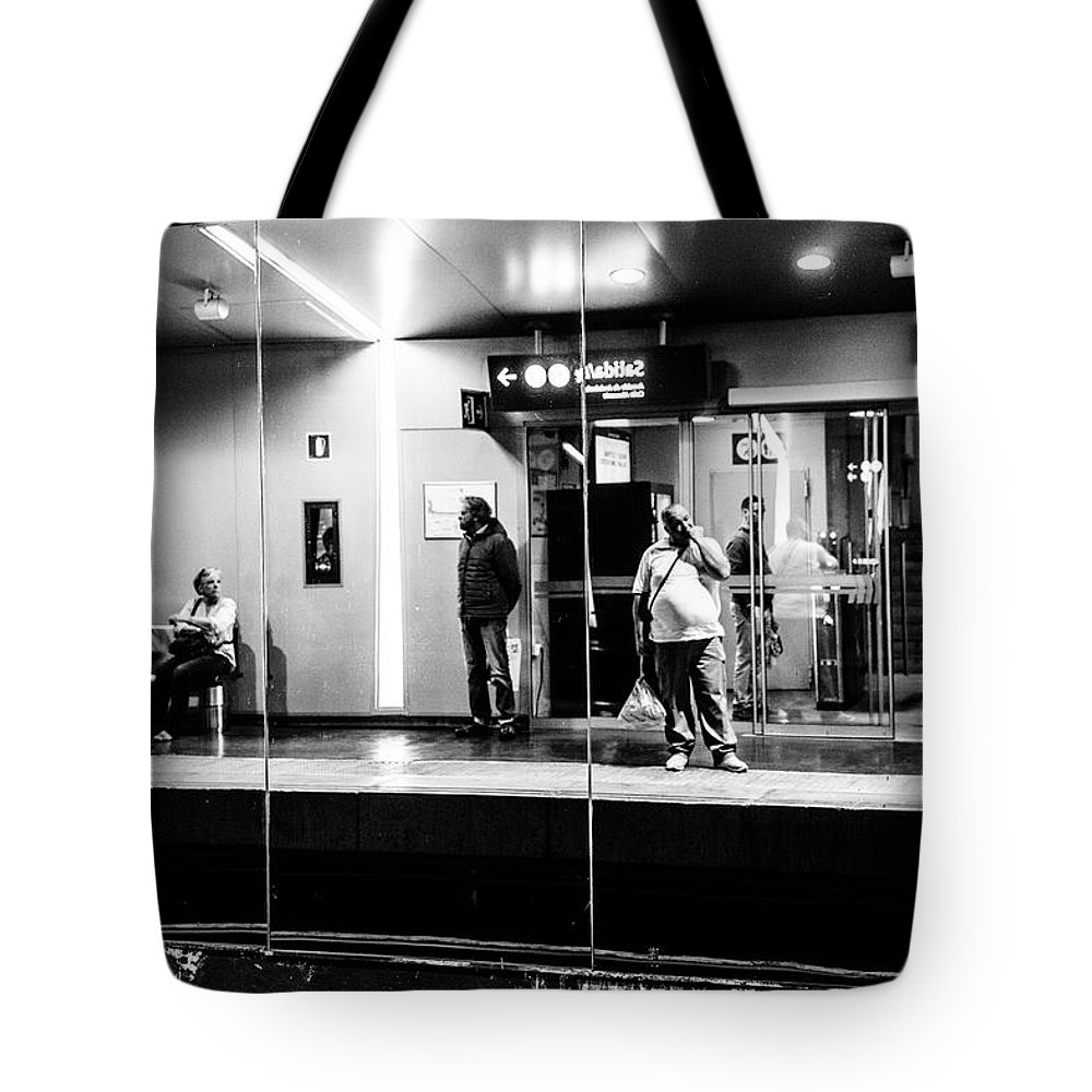 Street Tote Bag featuring the photograph Finger Lickin' Good by Christoffer Karlsson