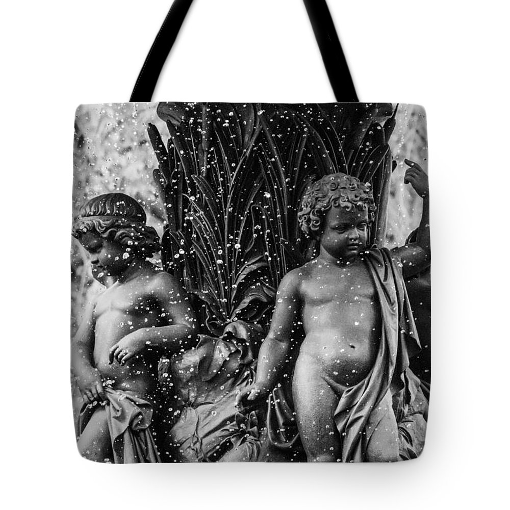 Nyc Tote Bag featuring the photograph Fountain People by Jennifer Dana