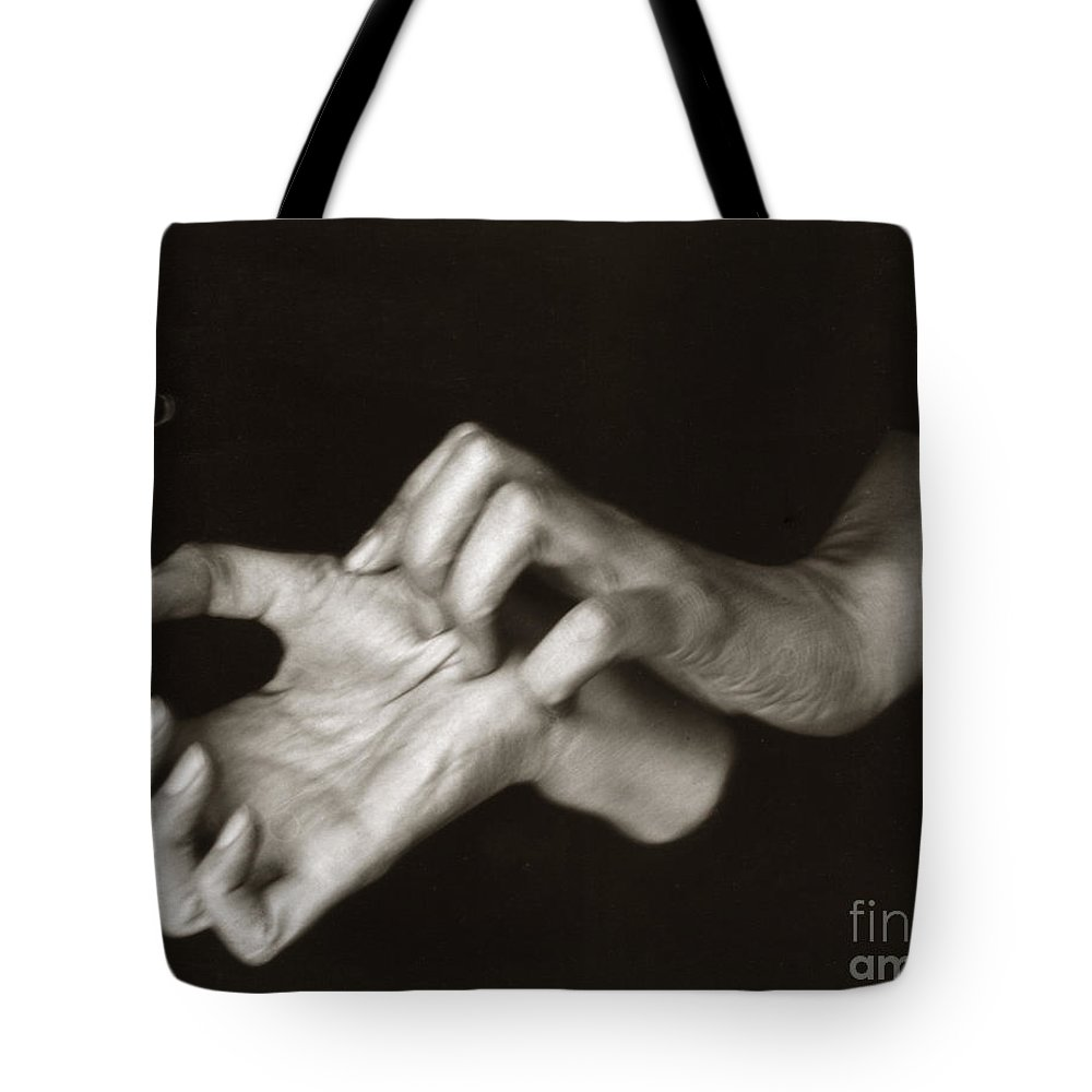 1918 Tote Bag featuring the photograph Georgia Okeeffe (1887-1986) by Granger