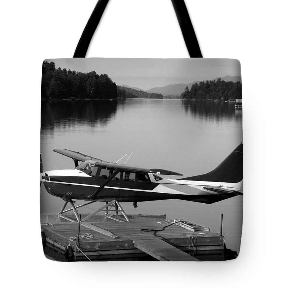 Float Plane Tote Bag featuring the photograph Getting Away by David Lee Thompson