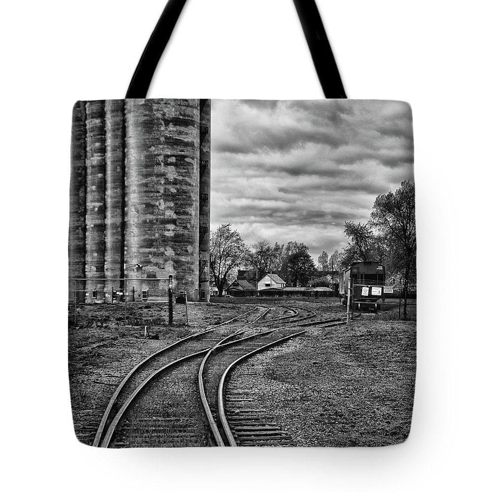 Industrial Railroad Tote Bag featuring the photograph Grain Elevators 15222 by Guy Whiteley