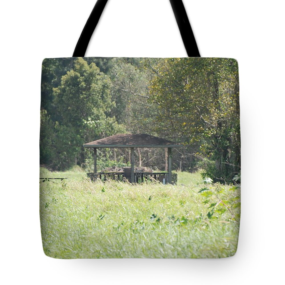 Grass Tote Bag featuring the photograph Huppa In The Fields by Rob Hans