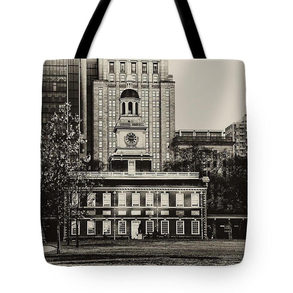 Philadelphia Tote Bag featuring the photograph Independence Hall by Bill Cannon
