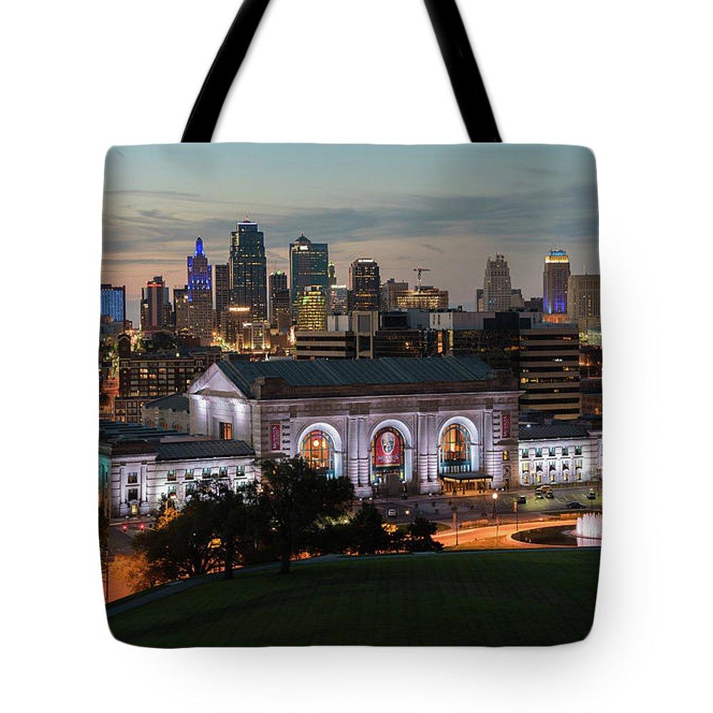 Kansas City Tote Bag featuring the photograph Kansas City Summer Sunset by Ryan Heffron