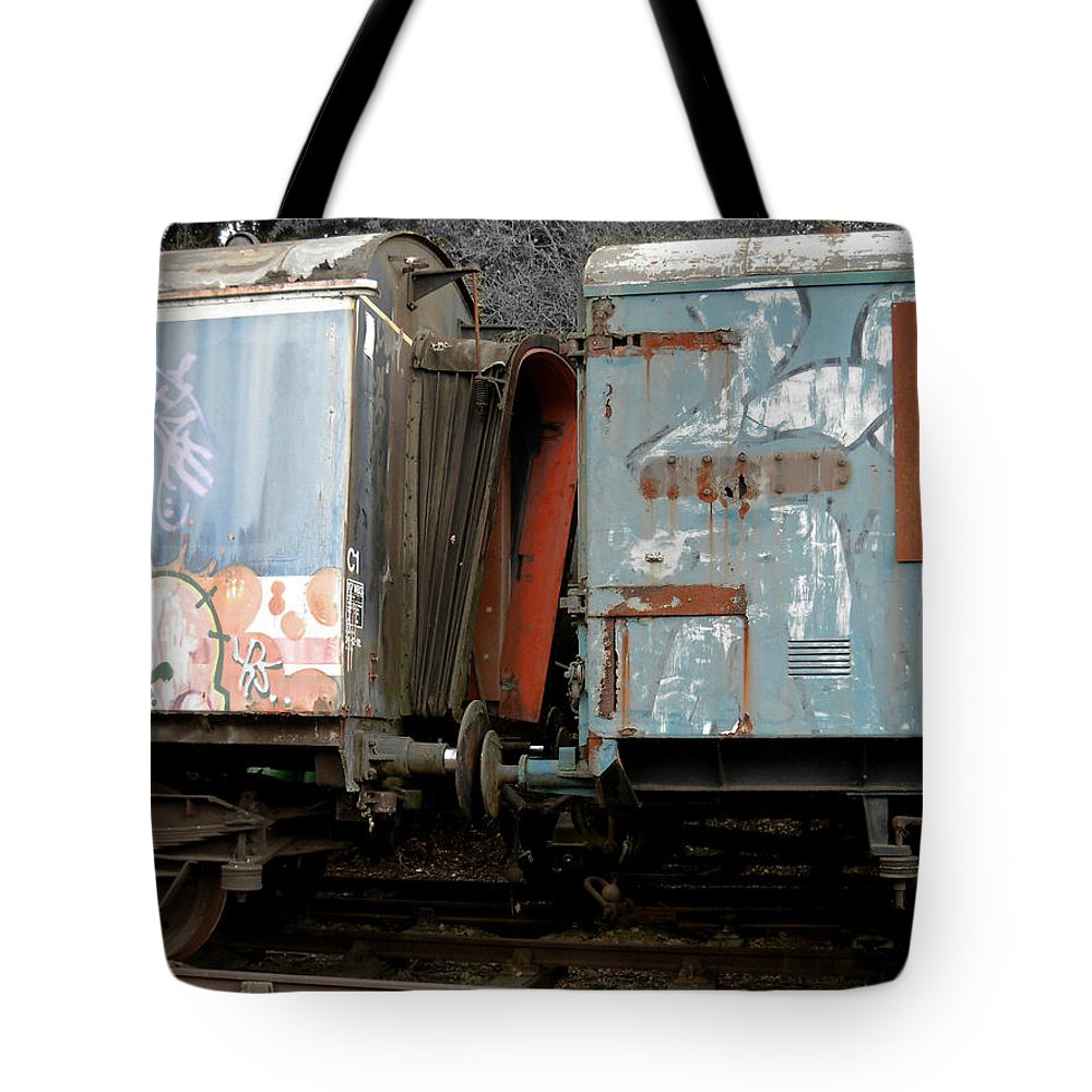 United Kingdom Tote Bag featuring the photograph Kissing Cars by Julia Raddatz