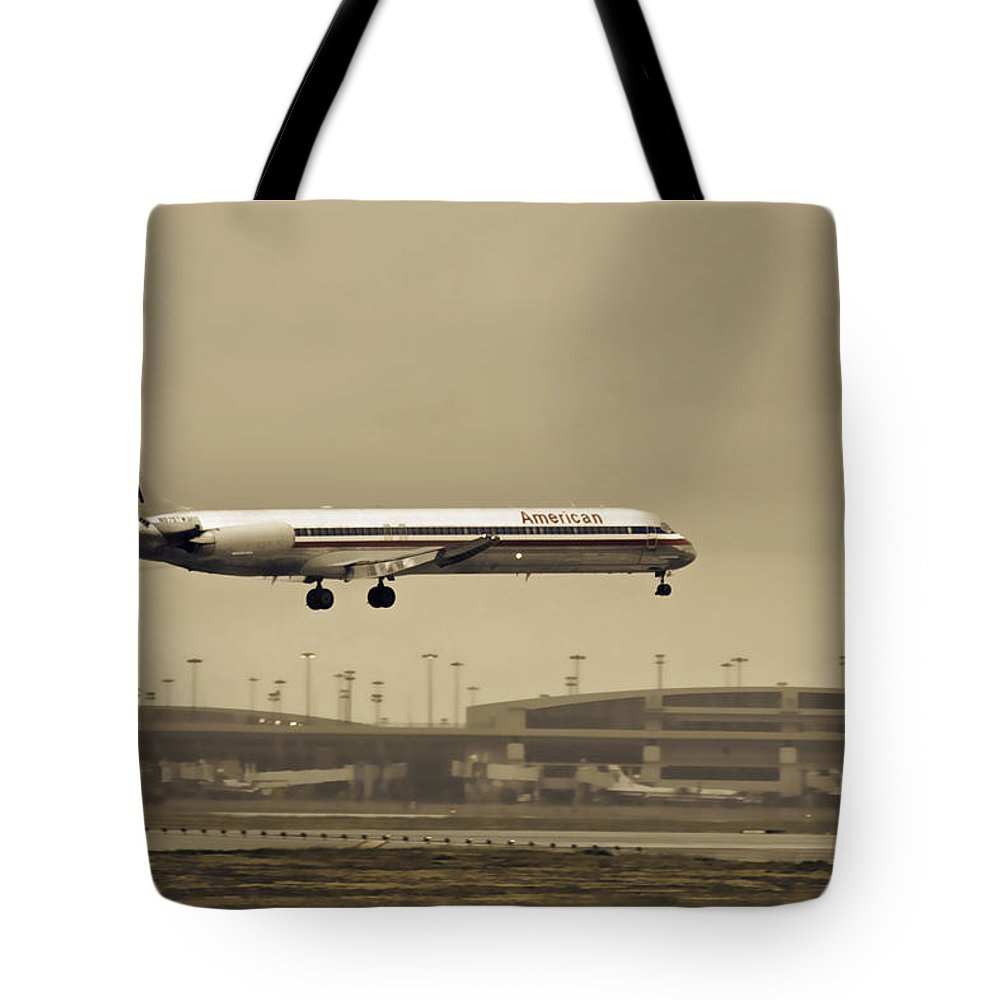 American Airlines-the Mcdonnell Douglas Md-81/82/83/88 Tote Bag featuring the photograph Landing At Dfw Airport by Douglas Barnard