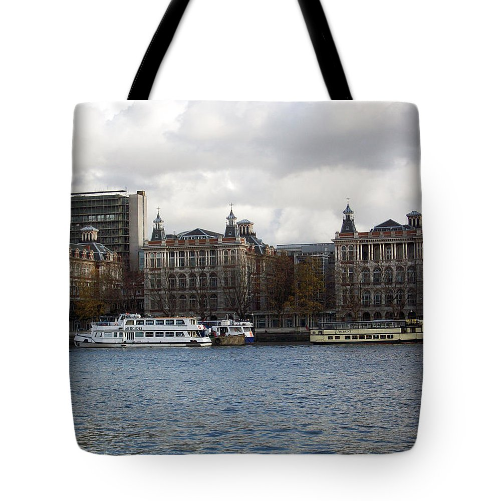 London Tote Bag featuring the photograph London Eye by Munir Alawi