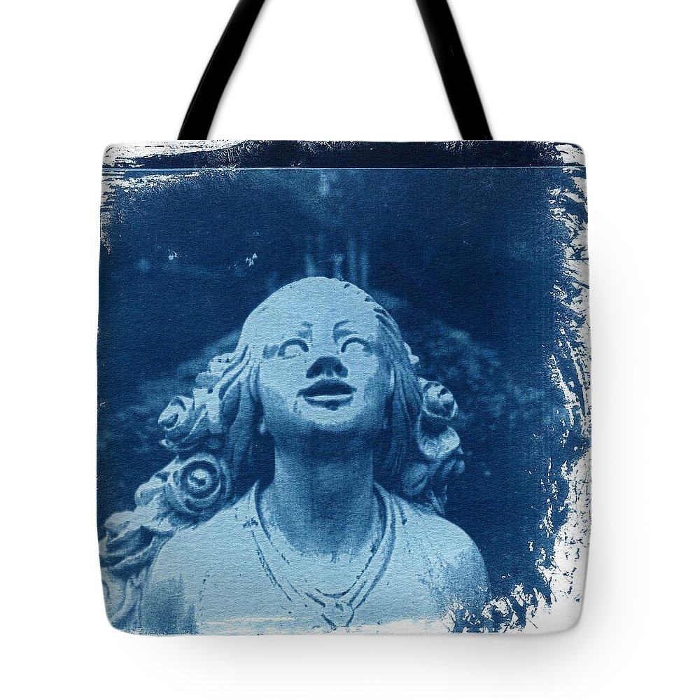Head Tote Bag featuring the photograph Looking Up by Jane Linders