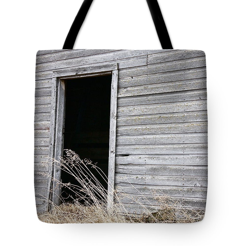 Old Barn Tote Bag featuring the photograph Old Barn 2 by Linda Bianic