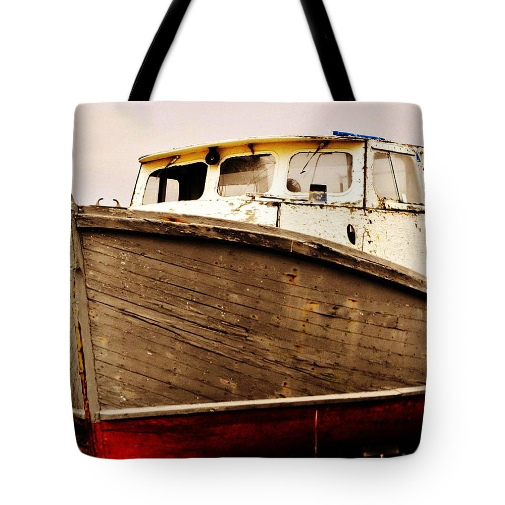 Boat Grave Yard Tote Bag featuring the photograph Old Boat by Lori Mahaffey