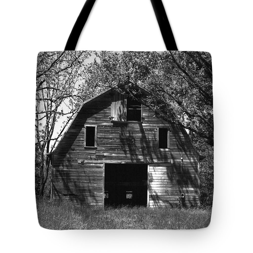 Barrns Tote Bag featuring the photograph Old Cedar Barn by Richard Rizzo