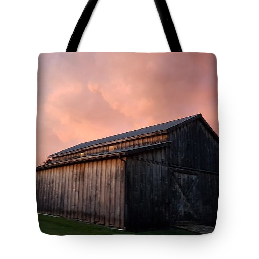 Pink Clouds Sunset Barn Tote Bag featuring the photograph Pink Clouds Over Barn by T Mosko