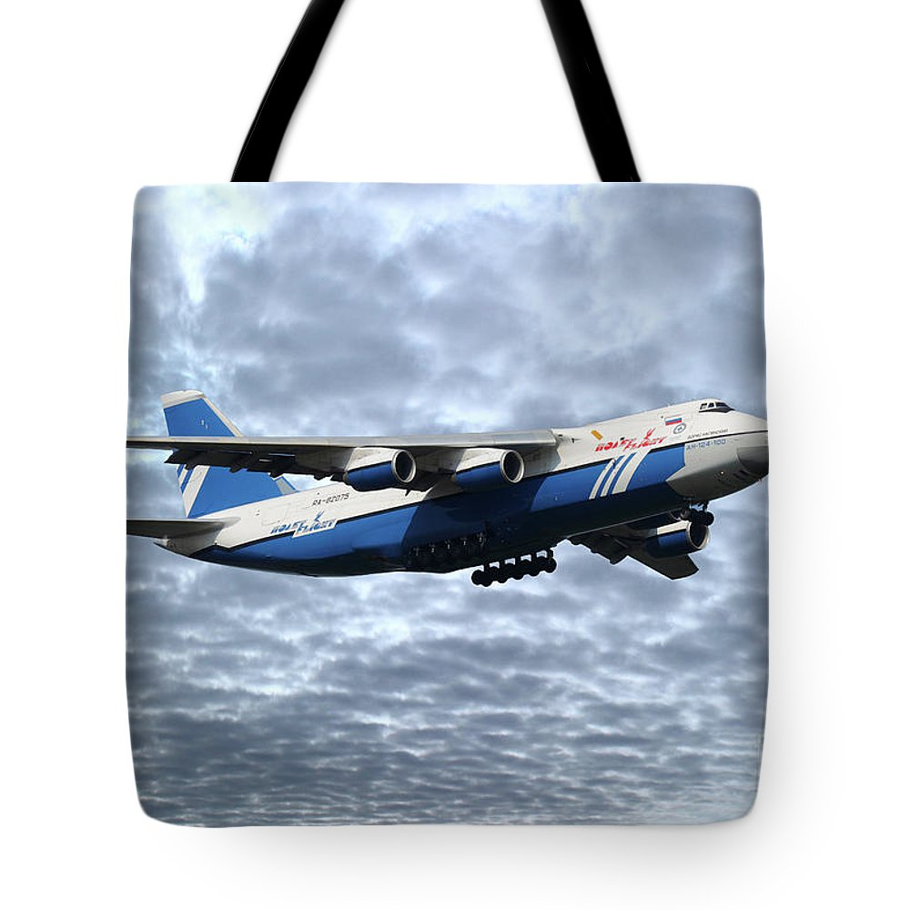 An124 Tote Bag featuring the digital art Polet An124 Ra82075 by J Biggadike