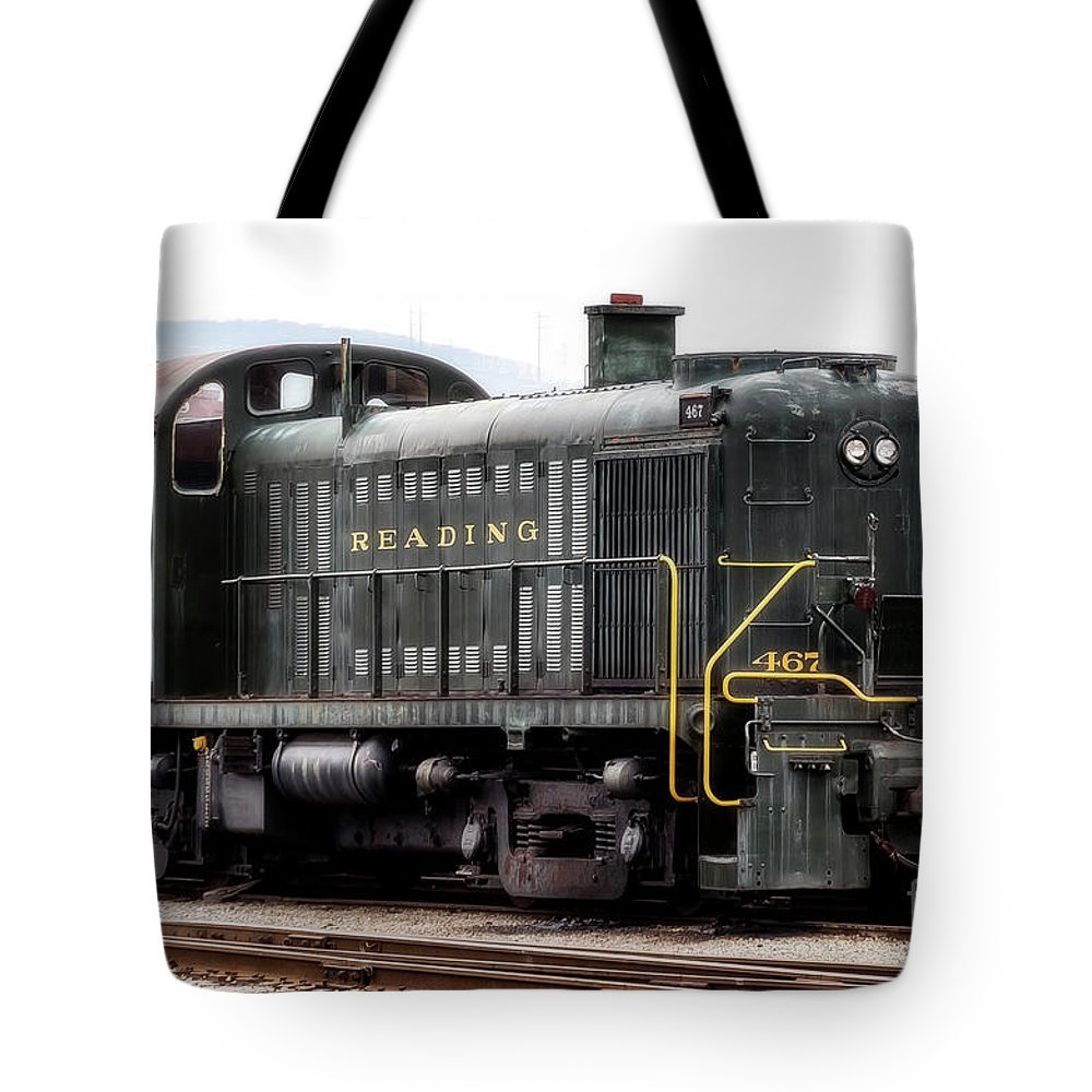 Reading Tote Bag featuring the photograph Reading Rr Engine 467 by Michael Riha