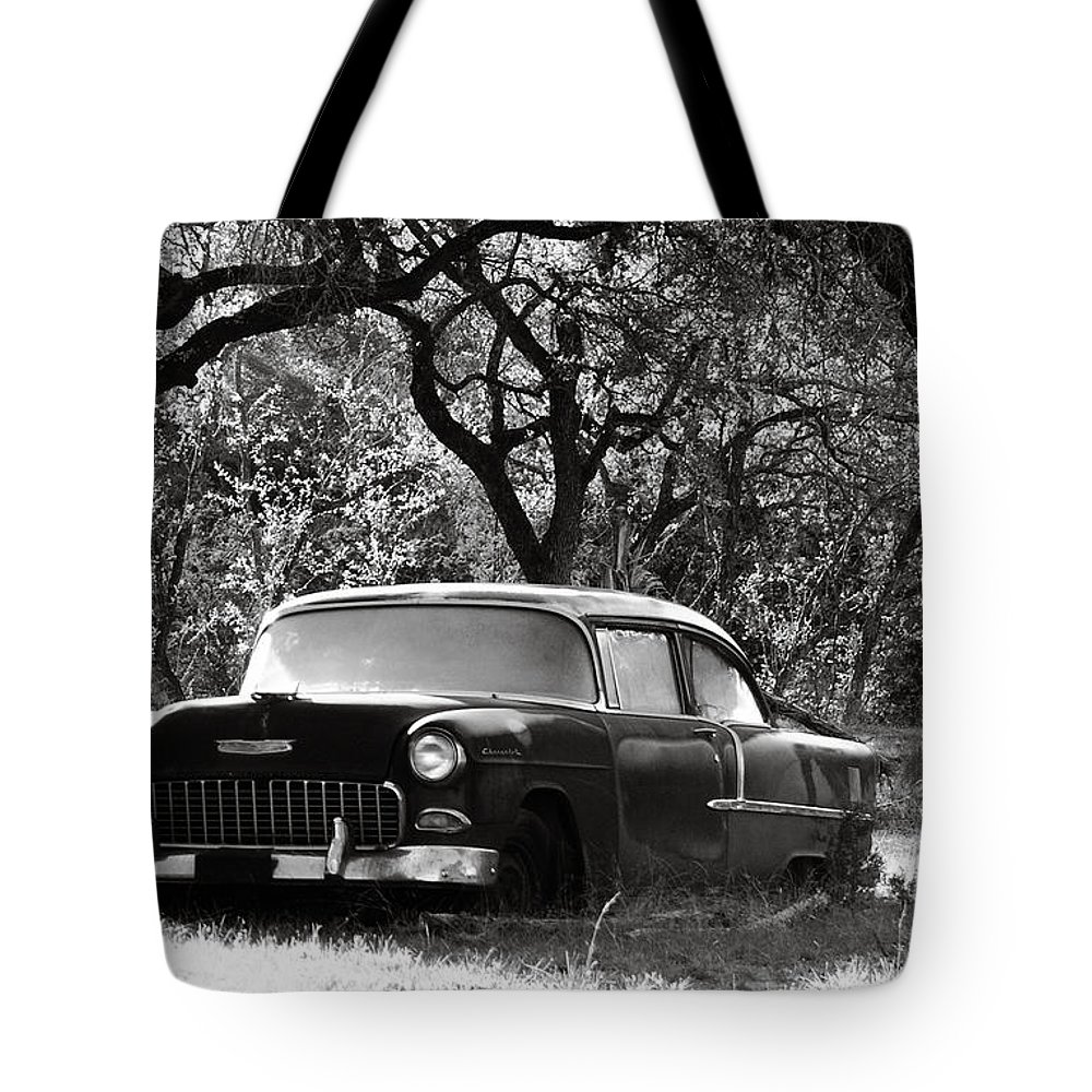 Americana Tote Bag featuring the photograph Resting Amongst The Oaks by Marilyn Hunt