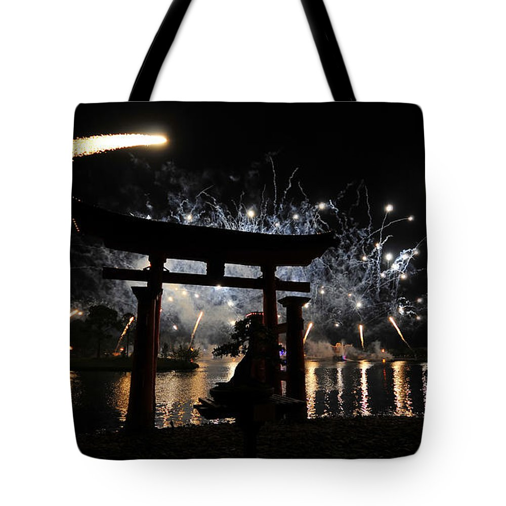 Fireworks Tote Bag featuring the photograph Rockets Red Glare by David Lee Thompson