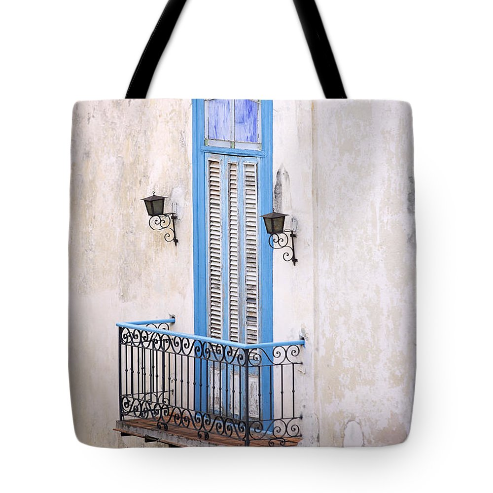 Urban Tote Bag featuring the photograph Romeo Y Julieta Juliet by Pierre Logwin