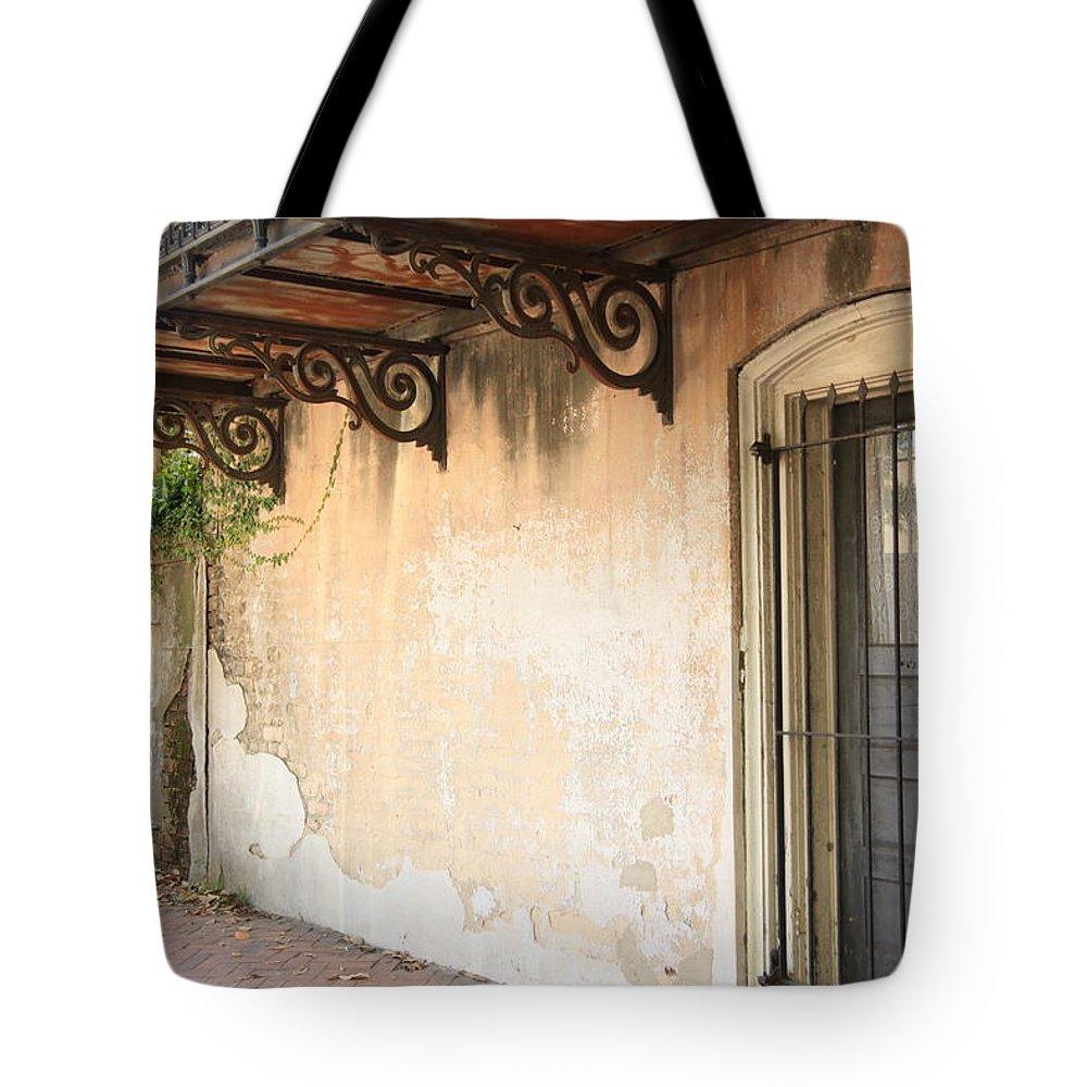 Savannah Ga Tote Bag featuring the photograph Savannah 8 by Carol Ann Thomas