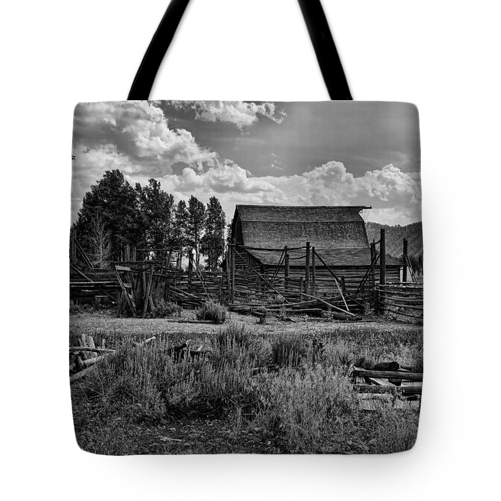 Barn Tote Bag featuring the photograph Settler's Barn by Hugh Smith