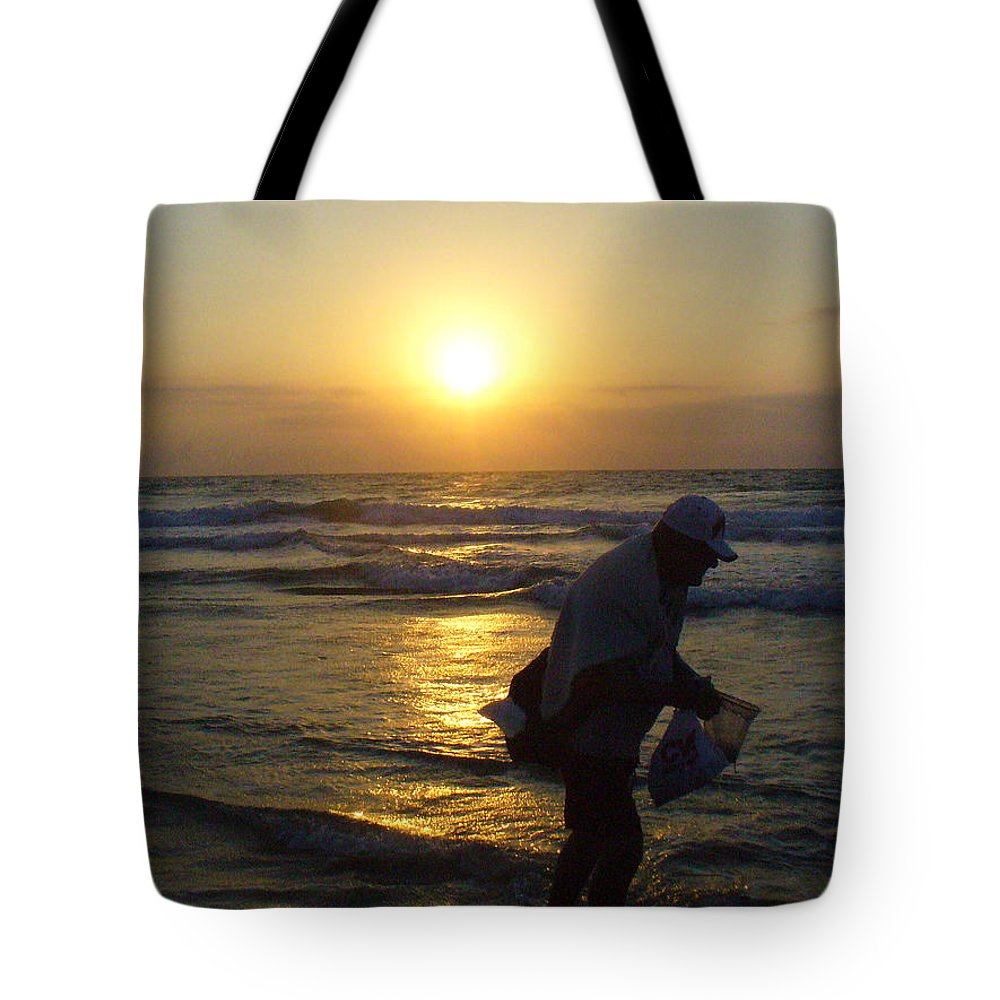 Beach Tote Bag featuring the photograph Shell Seeker by Peggy King