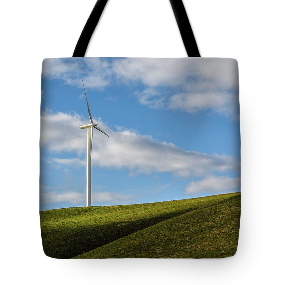 Wind Tote Bag featuring the photograph Simplicity by Joe Hudspeth